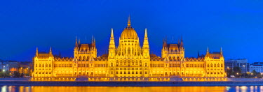 HU01310 Hungarian Parliament Building & The River Danube illuminated at dusk, Budapest, Hungary