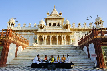 IND6913 India, Rajasthan, Jodhpur. Musicians at the Rajasthan International Folk Festival, perform in front of the Jaswant Thada, a memorial to Maharaja Jaswant Singh II.