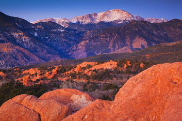 US12195 USA, Colorado, Colorado Springs, Garden of the Gods with view of Pikes Peak, dawn