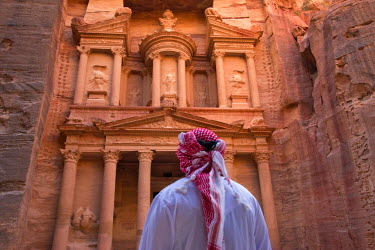 AS16KSU0052 Arab man watching Facade of Treasury (Al Khazneh), Petra, Jordan (UNESCO World Heritage site)