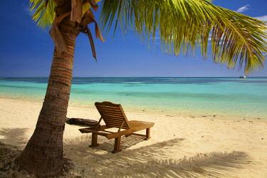 OC01DWA0240 Beach, palm trees and lounger, Plantation Island Resort, Malolo Lailai Island, Mamanuca Islands, Fiji, South Pacific
