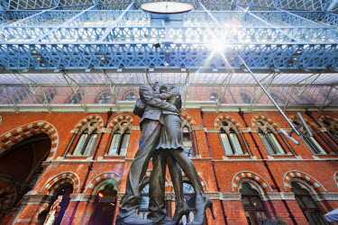 TPX32929 England, London, Kings Cross, St Pancras Station, The Meeting Place Sculpture by Paul Day