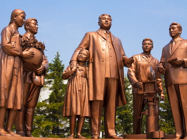 NK01039 Democratic Peoples's Republic of Korea (DPRK), North Korea, Pyongyang, Pyongyang Film Studios, Statue of Kim Il Sung directing productions