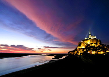 HMS689635 France, Manche, Bay of Mont Saint Michel, listed as World Heritage by UNESCO, Mont Saint Michel in the sunset