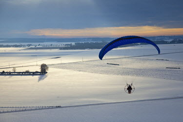 HMS366606 France, Eure, Vesly, Sebastien flying, wing Apco Force HP (Thrust) and paramotor Yvasion 2000 R80 (aerial view)