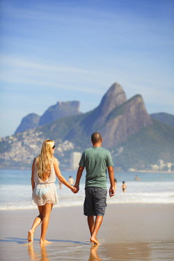 BRA1373AW Couple walking on Ipanema beach, Rio de Janeiro, Brazil (MR)