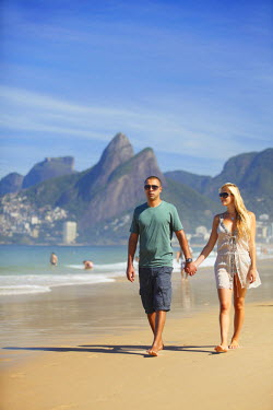 BRA1374AW Couple walking on Ipanema beach, Rio de Janeiro, Brazil (MR)