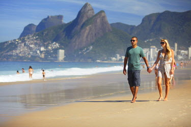 BRA1375AW Couple walking on Ipanema beach, Rio de Janeiro, Brazil (MR)