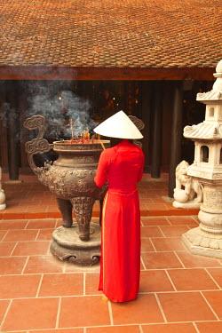 VN02225 Girl wearing Ao Dai dress, Tran Quoc Pagoda, West Lake (Ho Tay), Hanoi, Vietnam (MR)