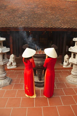 VN02226 Girls wearing Ao Dai dress, Tran Quoc Pagoda, West Lake (Ho Tay), Hanoi, Vietnam (MR)