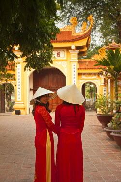 VN02228 Girls wearing Ao Dai dress, Tran Quoc Pagoda, West Lake (Ho Tay), Hanoi, Vietnam (MR)