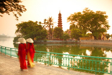 VN02233 Girls wearing Ao Dai dress, Tran Quoc Pagoda, West Lake (Ho Tay), Hanoi, Vietnam (MR)