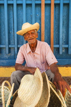 CB01234 Cuba, Sancti Spiritus Province, Trinidad, hat seller, older Cuban man
