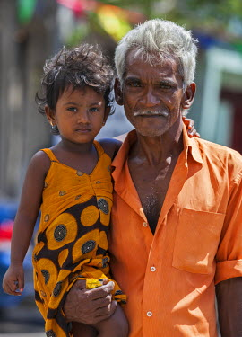 SRI1817 An old man and his granddaughter, Colombo, Sri Lanka