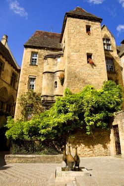 HMS271010 France, Dordogne, Perigord Noir, Dordogne Valley, Sarlat la Caneda, Place du Marche aux Oies, Les Oies (Geese) sculpture by Lalanne and Hotel de Vassal, 15th century mansion house in the background