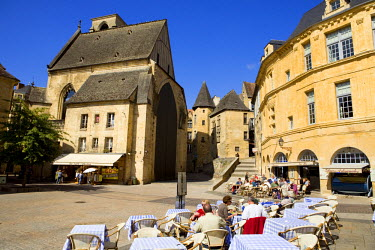 HMS271005 France, Dordogne, Perigord Noir, Dordogne Valley, Sarlat la Caneda, Place de la Liberte, cafe terrace and Sainte Marie old church in the background