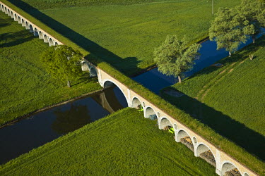 HMS335089 France, Eure et Loir, Montreuil, Avre aqueduct, Eure crossing by bridge-aqueduct (aerial view)