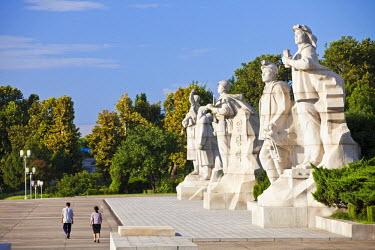 NKO0057AW Democratic People's Republic of Korea, North Korea, Pyongyang. Sculptures of happy, patriotic workers.