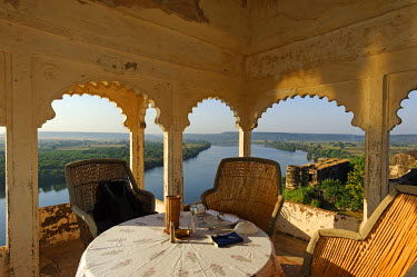 IND6963 India, Rajasthan, Bhainsrorgarh. Now adapted as a heritage hotel, the roof terrace and dining area of Bhainsrorgarh Fort and Palace lends lovely views over the Chambal River.