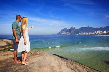 BRA1459AW Couple standing on Ponta do Aproador overlooking Ipanema beach, Rio de Janeiro, Brazil (MR)