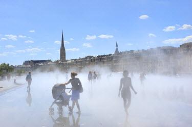 HMS471637 France, Gironde, Bordeaux, Miroir d'eau (water mirror) and Place de la Bourse