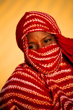 HMS124761 Senegal, region of Kebemer city (south of St. Louis) woman of Peul ethnic group in the sand desert