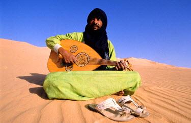 HMS0143347 Algeria, Sahara, Tassili N�Ajjer, touareg singer Baly in the sand dunes near the Djanet oasis