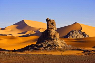 HMS0313347 Algeria, Sahara, Tadrart Plateau, osmosis between rock and sand