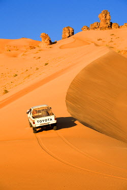 HMS0208058 Mauritania, Adrar region, Leguerara, sand dune and pick up