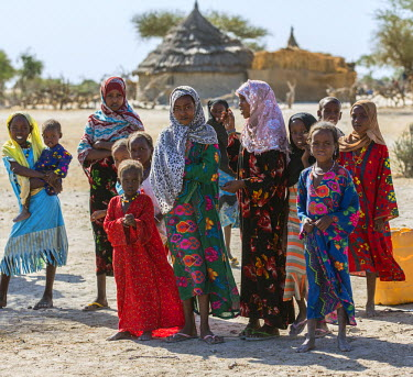 CHA0020 Chad, Kanem, Bahr el Ghazal, Sahel. Kreda girls and boys congregate at the water pump outside their village.
