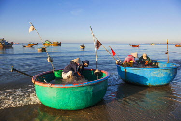 TPX35505 Vietnam, Mui Ne, Mui Ne Beach, Fishermen with Coracle Fishing Boats