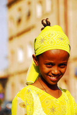 AF56AAS0016 Eritrea, Asmara, close-up portrait of happy African girl on a sunny day