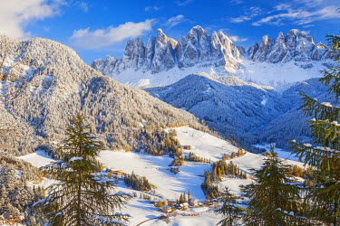 IT09263 Winter snow; St. Magdalena village; Geisler Spitzen (3060m); Val di Funes; Dolomites mountains; Trentino-Alto Adige; South Tirol; Italy
