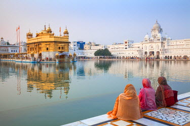 IN04257 India, Punjab, Amritsar, Pilgrims at The Harmandir Sahib,  known as The Golden Temple