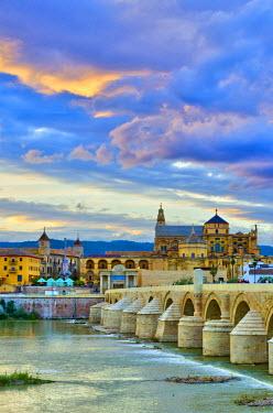 ES05899 Spain, Andalucia, Cordoba Province, Cordoba, Roman Bridge (Puente Romano) over Guadalquivir River and Mezquita (Mosque-Cathedral of Cordoba, UNESCO World Heritage Site)