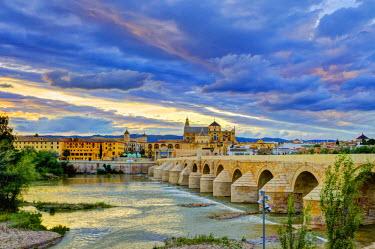 ES05900 Spain, Andalucia, Cordoba Province, Cordoba, Roman Bridge (Puente Romano) over Guadalquivir River and Mezquita (Mosque-Cathedral of Cordoba, UNESCO World Heritage Site)