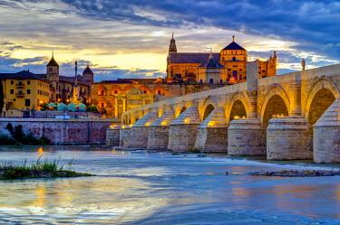 ES05902 Spain, Andalucia, Cordoba Province, Cordoba, Roman Bridge (Puente Romano) over Guadalquivir River and Mezquita (Mosque–Cathedral of Cordoba, UNESCO World Heritage Site)