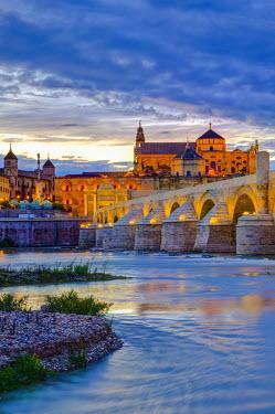 ES05903 Spain, Andalucia, Cordoba Province, Cordoba, Roman Bridge (Puente Romano) over Guadalquivir River and Mezquita (Mosque-Cathedral of Cordoba, UNESCO World Heritage Site)