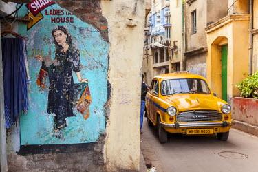 IN05518 Taxi and street scene, Kolkata (Calcutta), West Bengal, India
