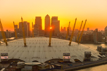 UK10652 UK, England, London, River Thames, O2 Arena (formerly Millennium Dome) and Canary Wharf skyline
