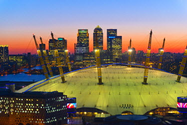 UK10657 UK, England, London, River Thames, O2 Arena (formerly Millennium Dome) and Canary Wharf skyline