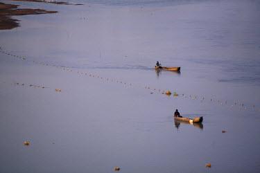 SSU0017AW Northern Bahr el Ghazal, South Sudan.  Fishing in the swamps.
