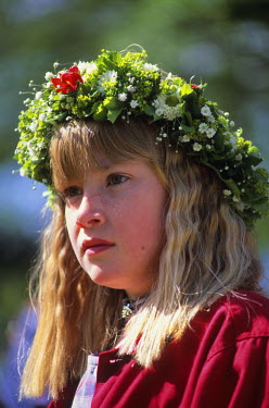 HMS0441200 Sweden, Dalarna County, Rattvik, Midsummer festival, Young girl wearing the traditional crown of flowers