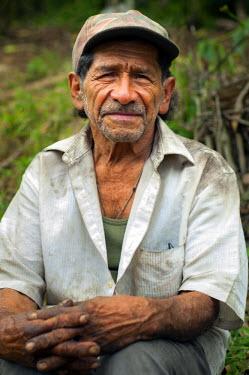EL01048 El Salvador, Portrait Of A Coffee Picker, Coffee Farm, Finca Malacara, Slopes Of The Santa Ana Volcano, High Altitude Coffee