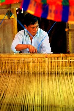 EL01076 Ataco, El Salvador, Artisian, Weaving Wool On A Pedal Weaver, Traditional Treadle Loom, Diconte & Axul Crafts Store, Department Of Ahuachapan, Route Of Flowers, Ruta De Las Flores