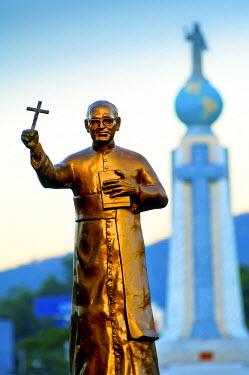 EL01086 San Salvador, El Salvador, Dawn, Savior Of The World Plaza, Statue Of Archbishop Oscar Romero, Unofficial Patron Saint Of El Salvador, Assassinated At The Start Of The Country's Civil War In 1980,  In...