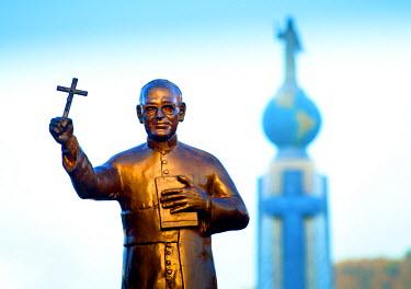 EL01088 San Salvador, El Salvador, Dawn, Savior Of The World Plaza, Statue Of Archbishop Oscar Romero, Unofficial Patron Saint Of El Salvador, Assassinated At The Start Of The Country's Civil War In 1980, In...