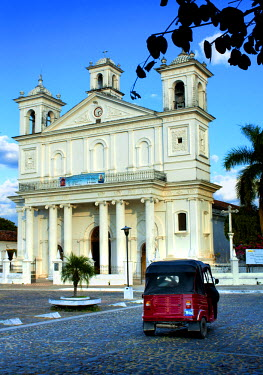 EL01094 Suchitoto, El Salvador, Santa Lucia Cathedral, Best Example Of Post-Colonial Architecture In El Salvador, Main Plaza, Cobblestoned Streets, Three-Wheeled Taxi, Historic Colonial Town, Artist Haven, De...