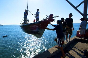 EL01100 La Libertad, El Salvador, Fishing Boat Raised From The Ocean By A Crane, Fish Market, Pier, Pacific Ocean, Puerto De La Libertad, Port Of Freedom, Department Of Libertad