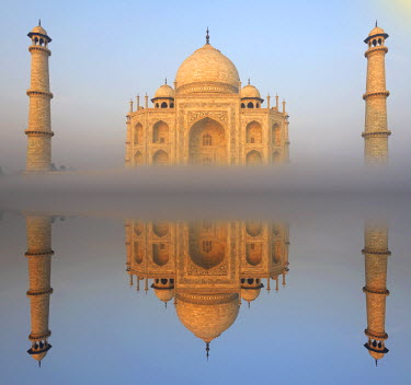 IND7121AW The Taj Mahal, UNESCO World Heritage Site, Agra, Uttar Pradesh, India